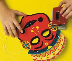 Etape finale atelier masques ethniques par Art Kids Company